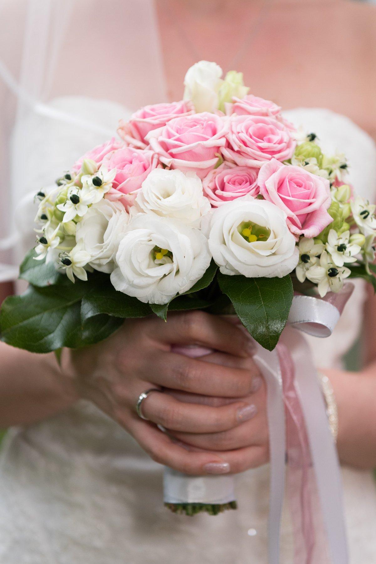 Brautstrauß weiße und rosa Rosen – J&C
